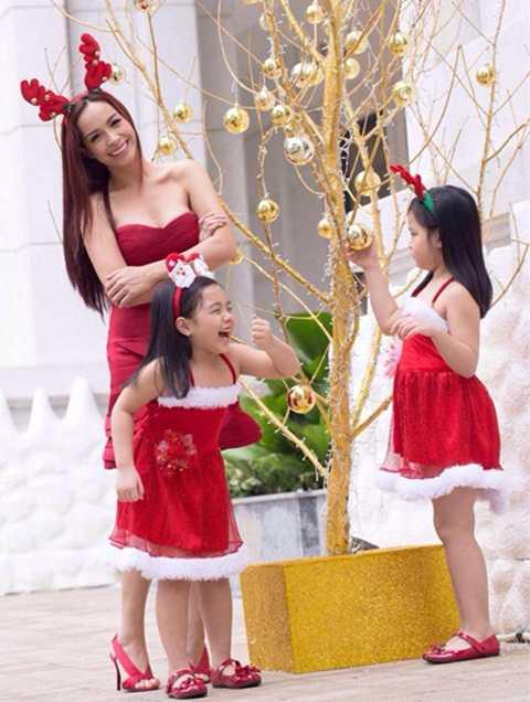 Thuý Hạnh nhí nhảnh đội sừng chơi Noel cùng hai con gái