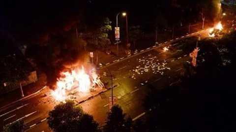 Một xe cứu thương bị đốt cháy
