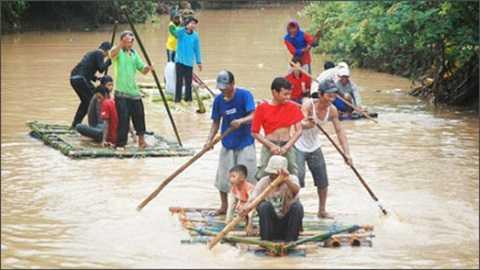 Người dân Indonesia đi lánh nạn lũ lụt