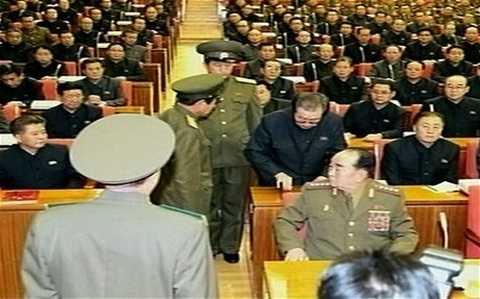 Hình ảnh chú nhà lãnh đạo Kim Jong-un bị hai sỹ quan cảnh sát bắt