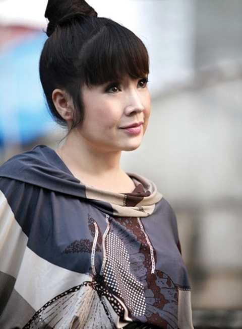 Dù đã ở tuổi ngũ tuần nhưng Lan Hương vẫn giữ được thần sắc tươi trẻ và đôi mắt trong vắt.