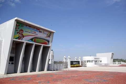 Sân Zeyar Thiri có 4 cửa vào ở bốn hướng