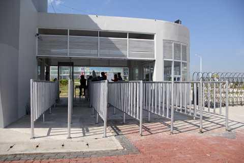 Giống như tất cả các điểm thi đấu ở SEA Games 27, vào Zeyar Thiri phải qua những trạm kiểm soát an ninh.