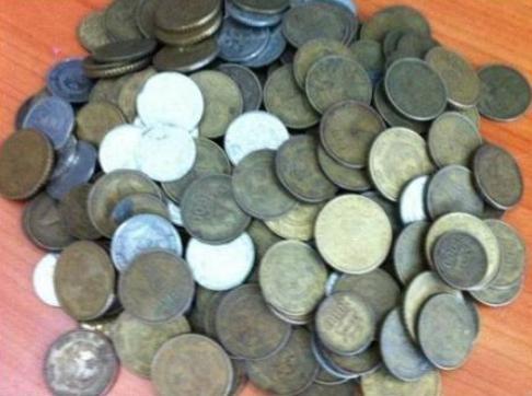 Đồng xu đô la bị thu giữ.