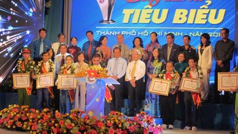 Các công dân trẻ tiêu biểu TP.HCM năm 2013 cùng đồng loạt kí tên vào sổ vàng lưu niệm (ảnh: N.D)