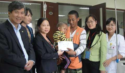 Sau khi đại diện báo VTC News trao tiền ủng hộ cho cháu Huy. Viện trưởng viện Huyết học Truyền máu TW Nguyễn Anh Trí (ngoài cùng, bên trái) chia sẻ: Tôi rất cảm động vì báo VTC News đã có những bài viết kêu gọi ủng hộ cho các cháu bệnh nhi nghèo khó.