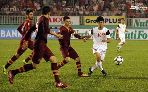 U19 Việt Nam đã chơi lấn lướt trong những phút đầu tiên (Ảnh: Nhạc Dương)
