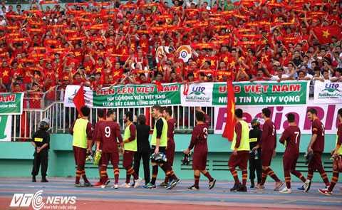 U19 AS Roma chào khán giả sân Thống Nhất (Ảnh: Quang Minh)