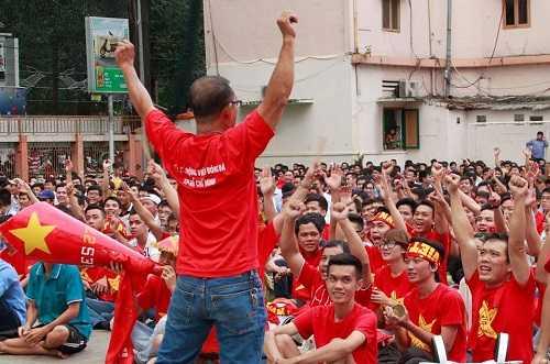 Các cổ động viên Việt Nam rất hi vọng vào tương lai của các cầu thủ trẻ.