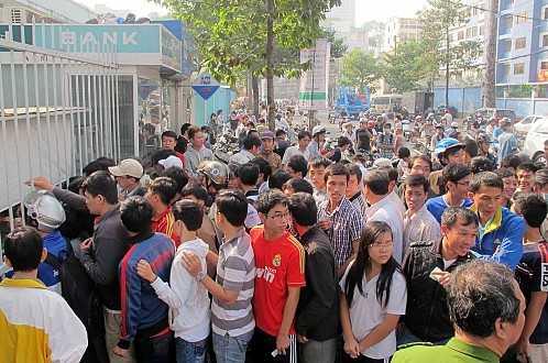 Cảnh xếp hàng mua vé xem U19 Việt Nam tại sân Thống Nhất (Ảnh: Tuổi Trẻ)