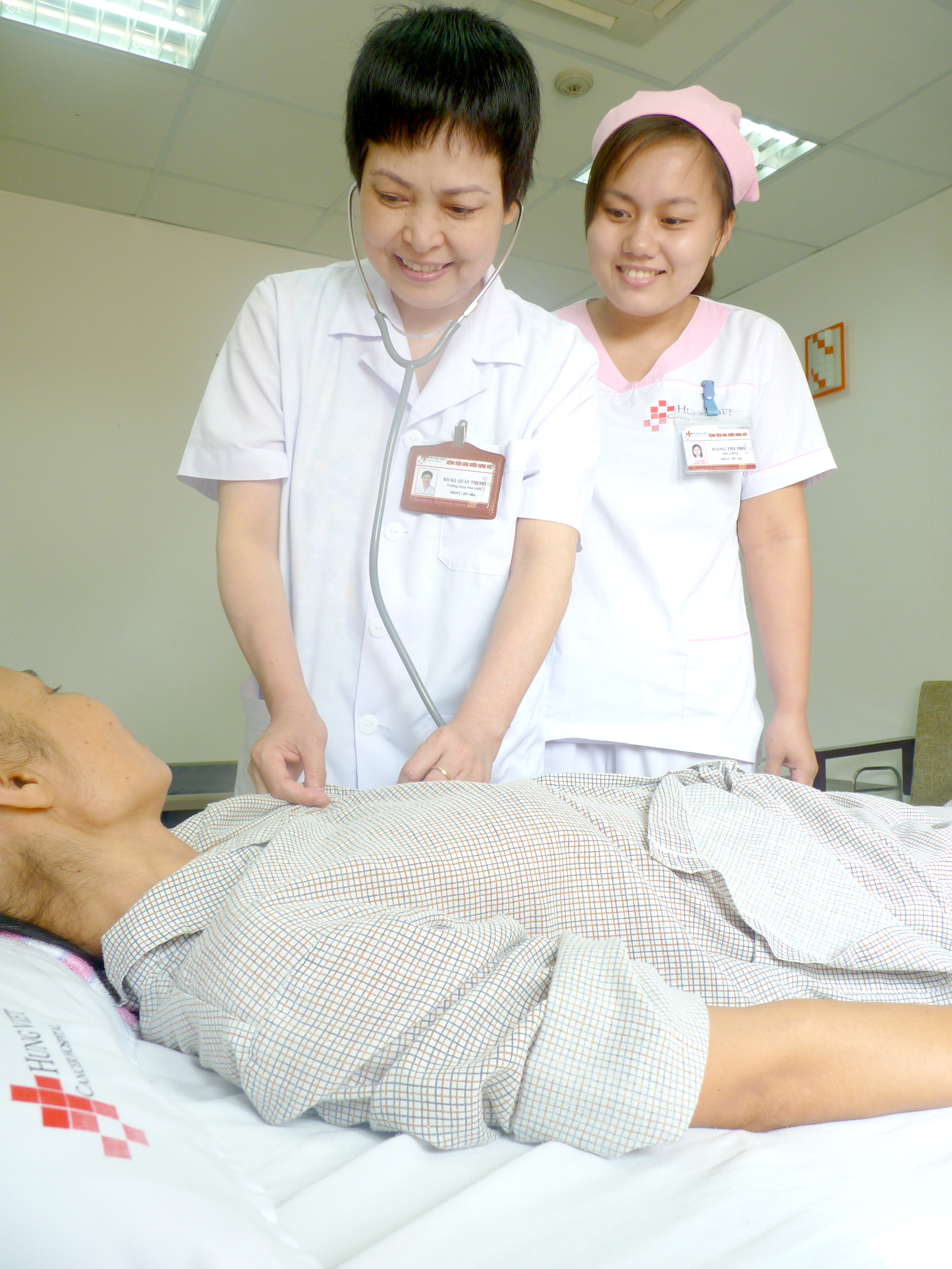 Bs Quản Thị Mơ – Trưởng khoa Hóa chất Bệnh viện Ung bướu Hưng Việt đang khám và tư vấn cho bệnh nhân ung thư điều trị tại viện.