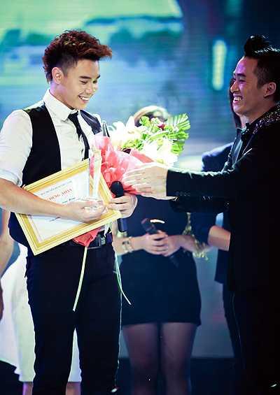 Đông Hùng lọt vào top 3 Sao mai điểm hẹn 2012 và nhận giải Triển vọng