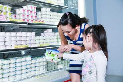 Sữa chua làm từ sữa tươi 100% gia nhập thực đơn sữa chua cho cả gia đình