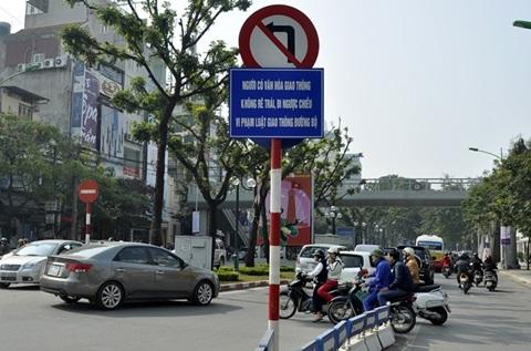 Người tham gia giao thông ngang nhiên đi ngược chiều dưới biển cấm