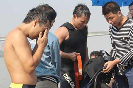 Đội thợ lặn của trường Trung cấp nghề GTVT Thăng Long chuẩn bị một đợt lặn tìm xác nạn nhân thẩm mỹ viện Cát Tường
