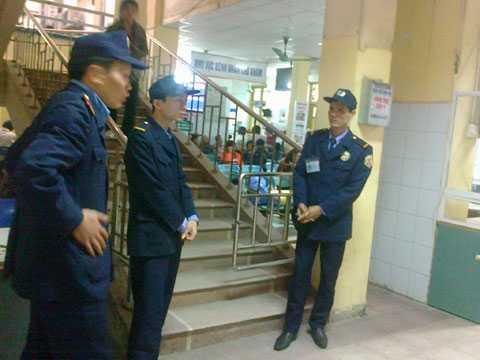 Bảo vệ BV Xanh Pôn đứng chốt ở lối lên phòng điều trị bà D. nằm (Ảnh: Nguyễn Tâm)