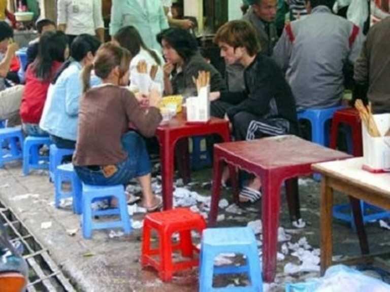 Người dân vô tư ăn uống, xả rác bừa bãi trên đường phố.