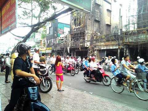 Chiều 31/12, nhiều người dân vẫn còn tò mò theo dõi hiện trường vụ cháy.