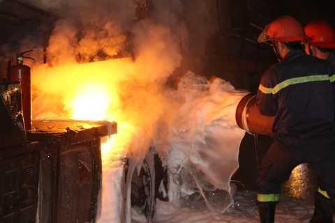 Ngọn lửa bốc cháy sát với thùng chứa nhiên liệu
