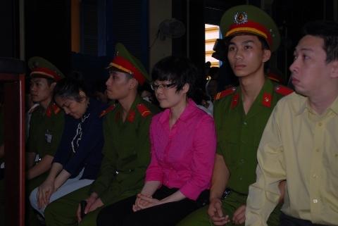 Bị cáo Huỳnh Thị Huyền Như (áo hồng) và các đồng phạm tại tòa (ảnh: N.D)