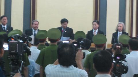 Hội đồng xét xử vụ án làm các thủ tục khai mạc phiên tòa (ảnh: N.D)