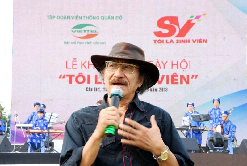 """Nhạc sĩ Nguyễn Cường cũng dành những lời """"có cánh"""" cho phần trình diễn của các bạn sinh viên Cần Thơ."""