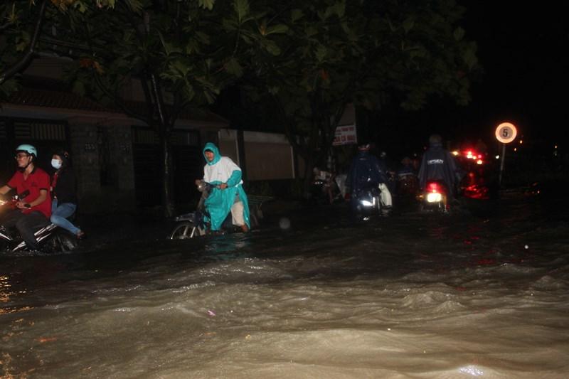 Triều cường đạt đỉnh khiến hàng loạt các tuyến đường ngập lênh láng nước, hàng trăm xe chết máy, bì bõm lội sông.