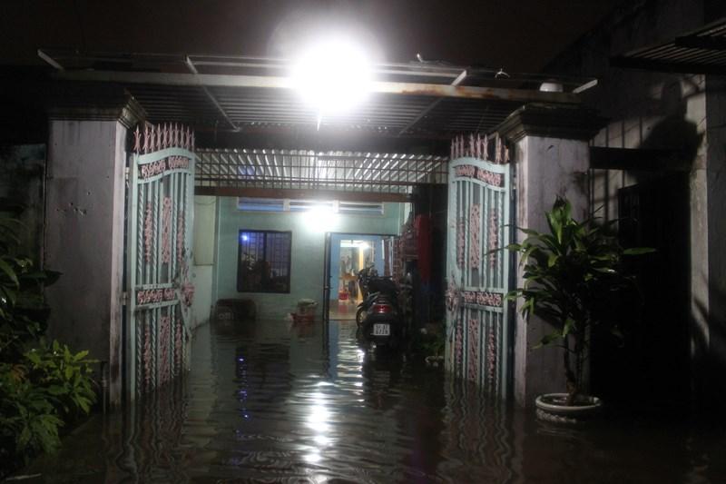 Nhiều nhà dân trong khu dân cư Hiệp Bình Chánh bị nước tấn công gây ngập nặng khiến đời sống sinh hoạt của người dân quay cuồng đảo lộn
