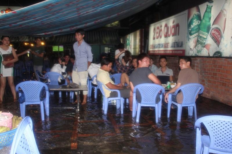 Người dân Sài Gòn đang nhậu trên