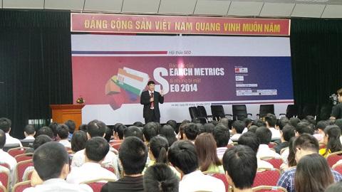 """Ông Tuấn Hà – CEO Vinalink Media đang trình bày bản """"Báo cáo của Search Metrics và những bí mật SEO 2014"""""""