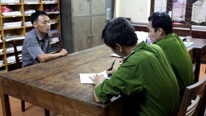 Điều tra viên Phòng Cảnh sát Điều tra Công an tỉnh Hà Giang lấy lời khai của hung thủ Sùng Mí Sính. Ảnh: Diệu Loan (phòng PX15 - Công an tỉnh Hà Giang)