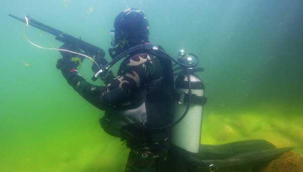 Biệt kích Nga tập luyện với súng bắn dưới nước cũ APS