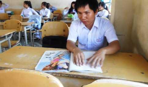 Phú học bài bằng chữ nổi