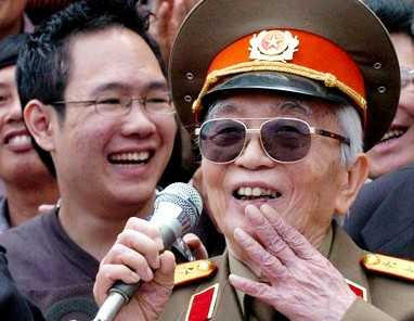 Anh Võ Hoài Nam (đứng sau Đại tướng Võ Nguyên Giáp) trong lần cùng ông nội về thăm Mường Phăng năm 2004 nhân kỷ niệm 50 năm chiến thắng Điện Biên Phủ.