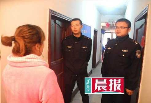 Chị Jai tường thuật lại vụ việc cho cảnh sát.