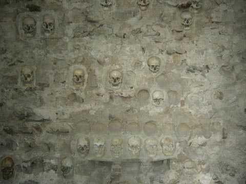 Nhiều hộp sọ đã được thân nhân lấy mang đi chôn cất