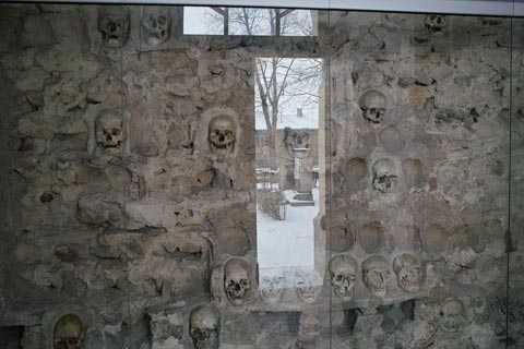 Tuy nhiên vẫn còn 58 hộp sọ gắn trên tường ngọn tháp
