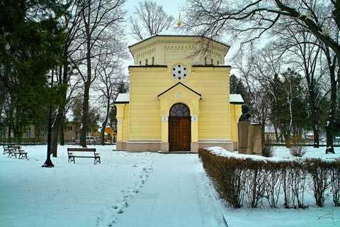 Nhà nguyện được xây để người dân cầu kinh cho những oan hồn trong tòa tháp