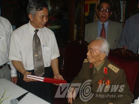 Ông Khanh kính tặng Đại tướng tài liệu khoa học tìm mộ liệt sĩ