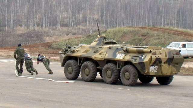 Biệt kích Nga tay không kéo xe bọc thép 13 tấn