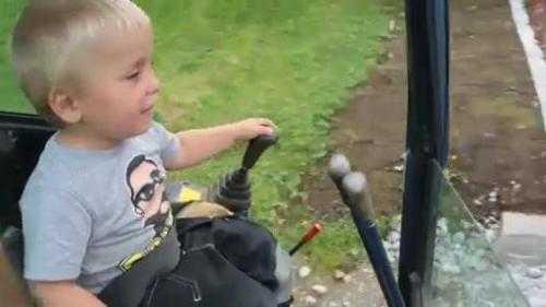 Mới chỉ 3 tuổi cậu bé đã biết lái máy xúc. Xem Clip