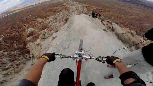 Thót tim với pha đổ dốc, lộn nhào của vận động viên xe đạp. Xem Clip