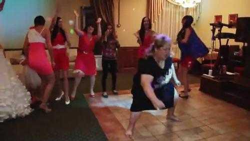 Cụ bà khuấy động đám cưới với điệu nhảy không giống ai. Xem Clip