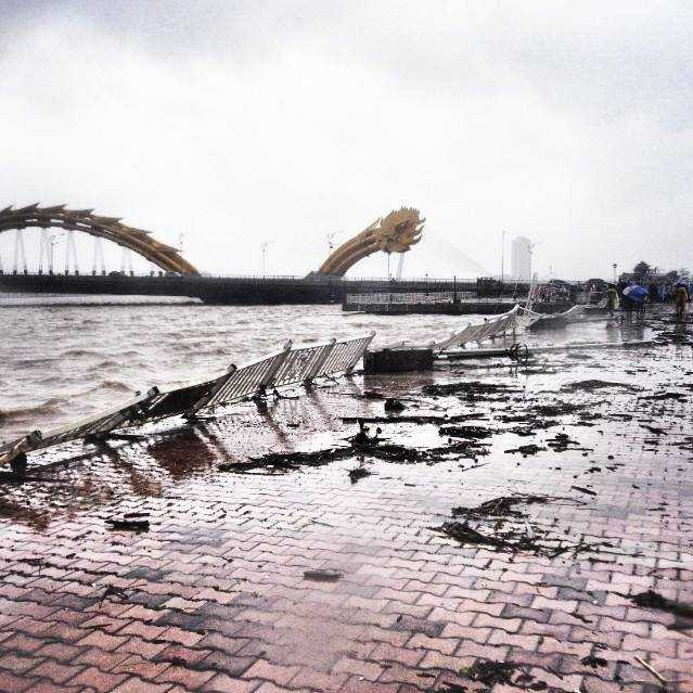 Đà Nẵng hoang tàn sau cơn bão dữ.