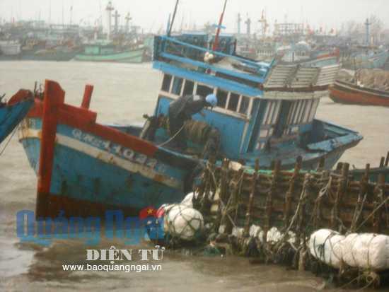 Nhiều  tàu cá của ngư dân Lý Sơn bị va đập và sóng biển nhấn chìm. Ảnh: Báo Quảng Ngãi