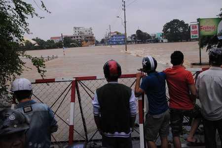 Giao thông qua Đập Đá ách tắc hoàn toàn do nước lũ dâng cao. Ảnh: Dân Việt