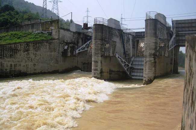 Hiện đang có 10 nhà máy thủy điện phải ngưng hoạt động do bão lũ miền Trung. Ảnh: TBKTSG