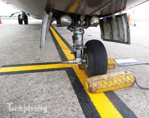 Một trong 2 chiếc lốp càng trước (bên trái) của máy bay ATR 72 bị rơi lúc nào (ảnh to)