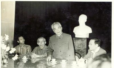 GS. Viện sĩ Nguyễn Văn Hiệu (bên trái Đại tướng) trong một buổi làm việc với Đại tướng Võ Nguyên Giáp. Ảnh: VGP