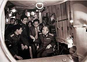Tháng 7/1980, Đại tướng Võ Nguyên Giáp thăm Trung tâm huấn luyện Gargarin, Liên Xô. Trong ảnh: từ trái sang phải: Anh hùng Lao động Phạm Tuân, phi công vũ trụ Bùi Thanh Liêm, Viện sĩ Nguyễn Văn Hiệu, Tham tán Đại sứ quán Việt Nam tại Liên Xô Vũ Khoan. Ảnh: VGP
